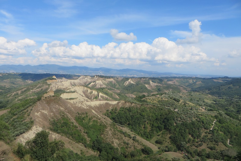 Panorama rozciagajaca sie z Civita di Bagnoregio