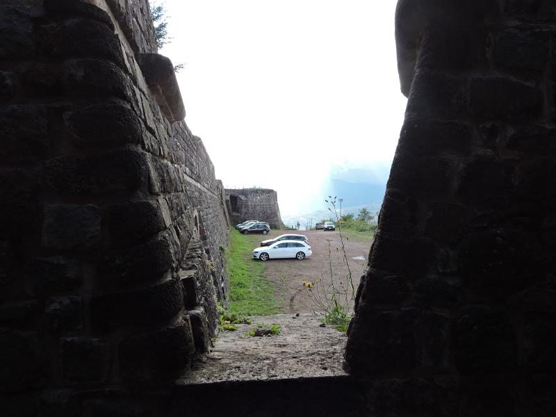 parking_widoczny_z_fortecy_moja_toskania_radicofani