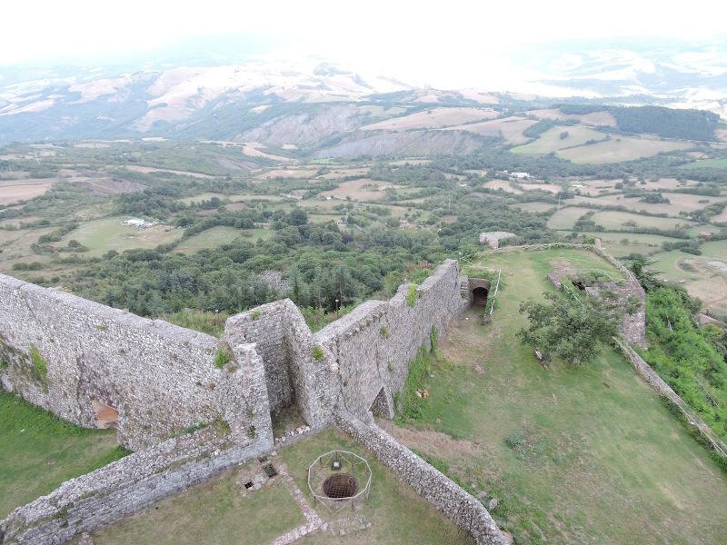 ruiny_fortecy_z_gory_moja_toskania