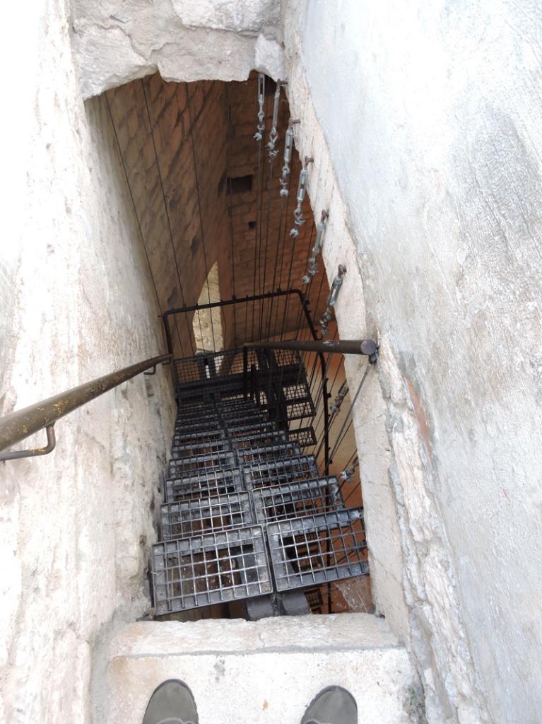 schody_w_dol_twierdza_rocca_d_orcia_moja_toskania
