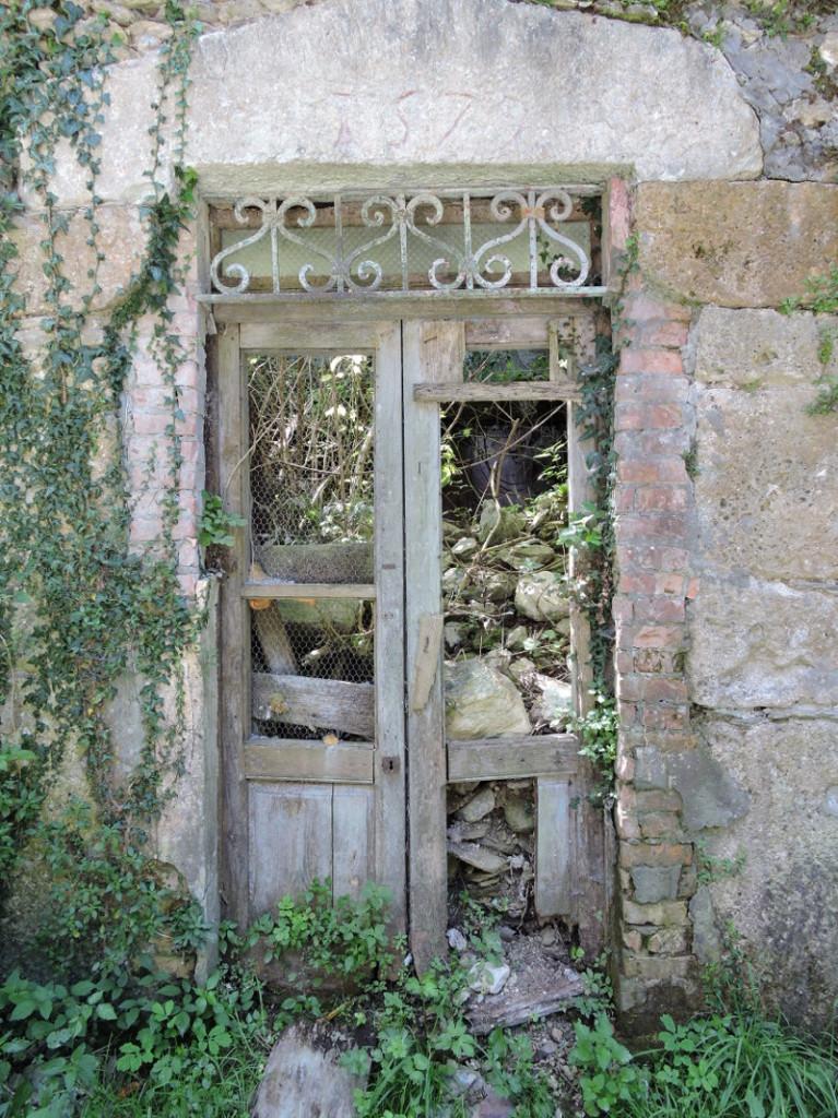 zniszczone_drzwi_moja_toskania_isola_santa