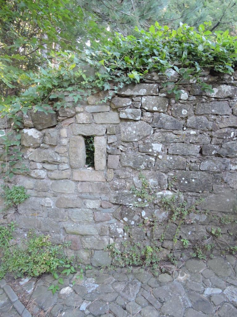 Fragment odbudowanego muru