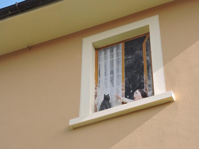 kot_i_dziewczynka_w_oknie_castagno_moja_toskania