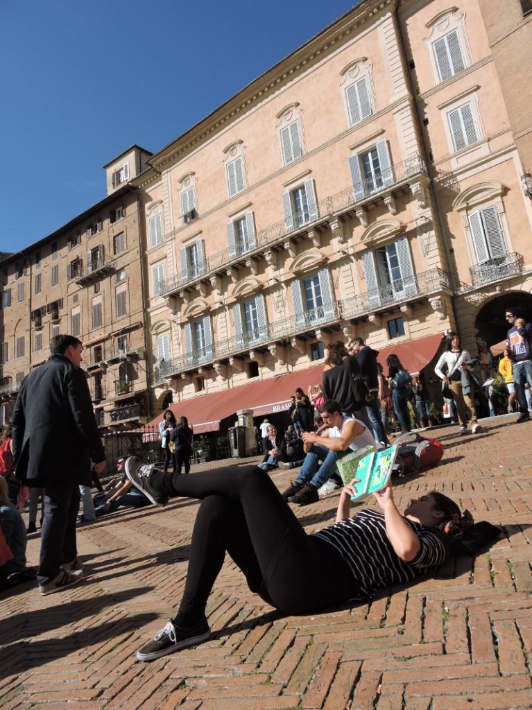 lezenie_na_piazza_del_campo_w_sienie_moja_Toskania