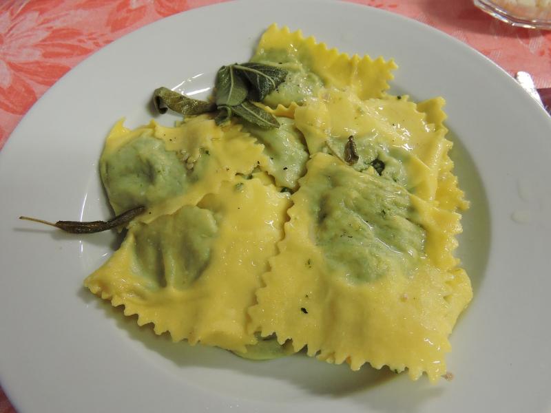 Tortelli z ricotta i szpinakiem polane maslem z szalwia