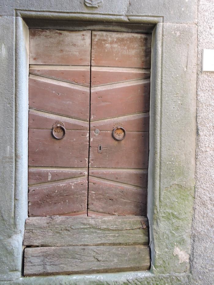 brazowe_zabarykadowane_drzwi_moja_toskania