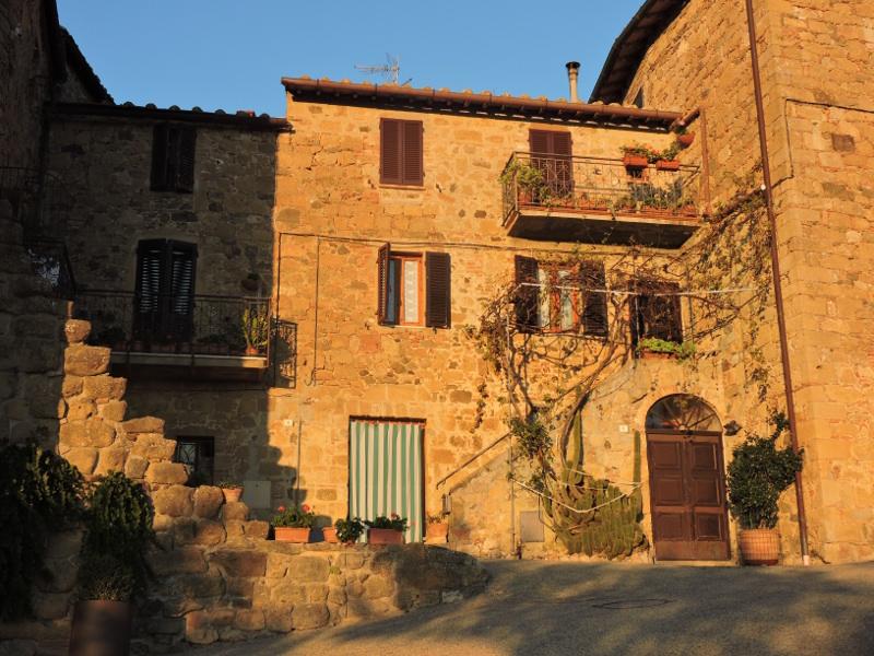 domy_monticchiello_w_sloncu_moja_toskania