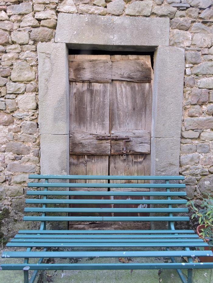 drzwi_zabarykadowane_lawka_moja_toskania_pontito