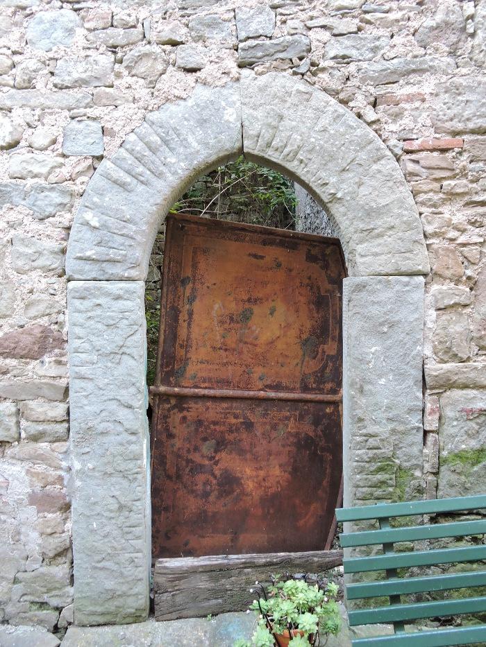 drzwi_zabarykadowane_lozkiem_moja_toskania_pontito
