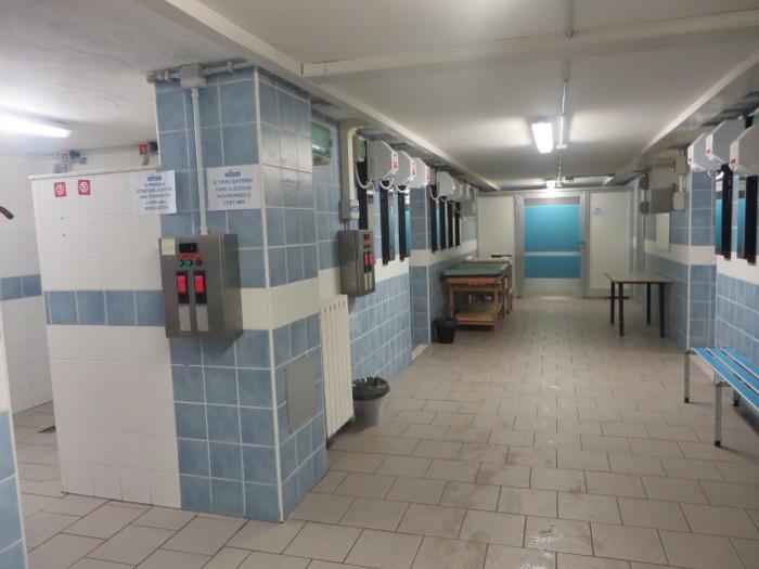 Przy prysznicach widoczne maszynki, do ktorych wkladamy zielone kluczyki