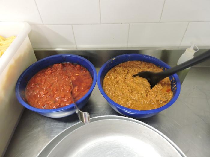 Po lewej skladniki na crostini z pomidorami, po prawej:na crostini z watrobki
