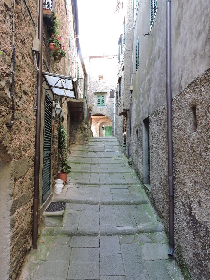 ulica_w_gore_moja_toskania_pontito