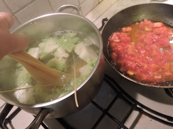 wrzucanie_spaghetti_do_rzymskiego_kalafiora_moja_toskania