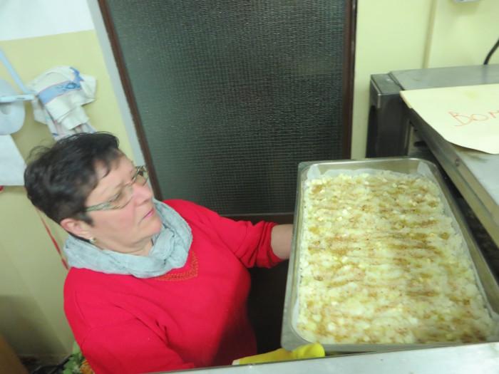 Rossana wklada zapiekanke ziemniaczana do pieca