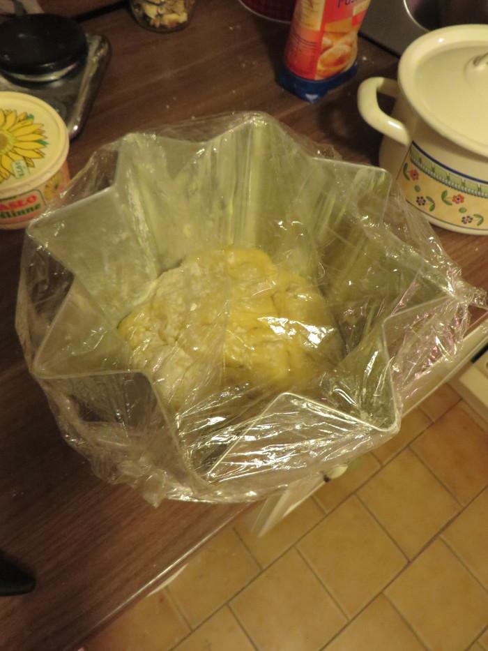 Zafoliowanie ciasta w foremce