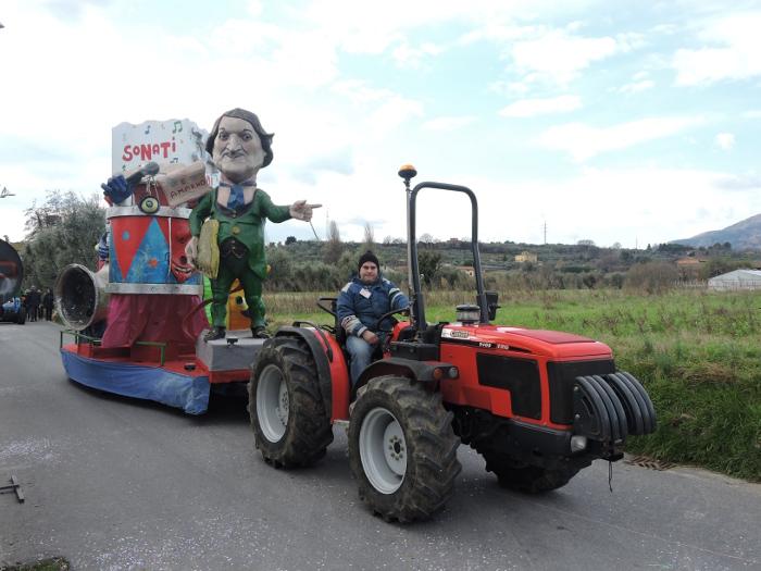 karnawalowy_czerwony_traktor_moja_toskania_veneri