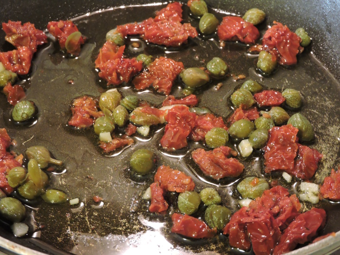 podsmazanie_pomidorow_z_kaparami_moja_toskania