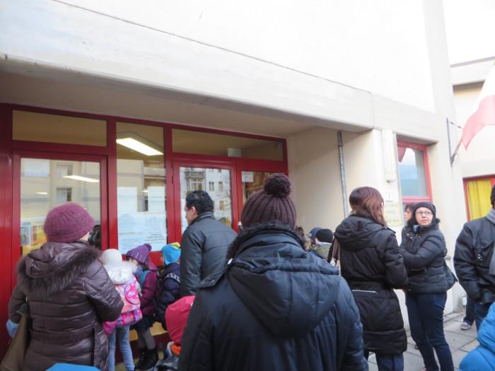 Rodzice czekajacy na decyzje burmistrza