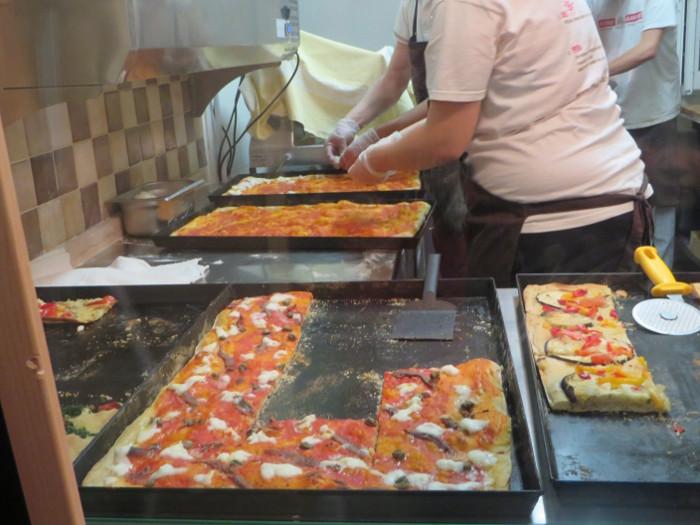 Mozzarella nie jest pieczona razem z pizza, tylko rozkladana po upieczeniu pizzy