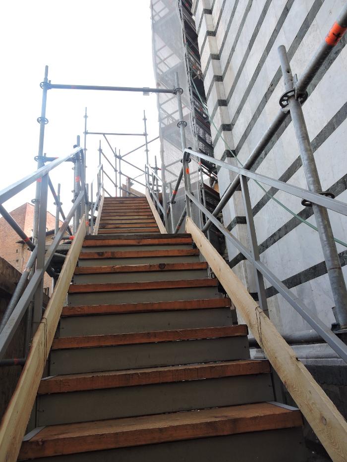 schody_na_rusztowanie_baptysterium_moja_toskania_pistoia