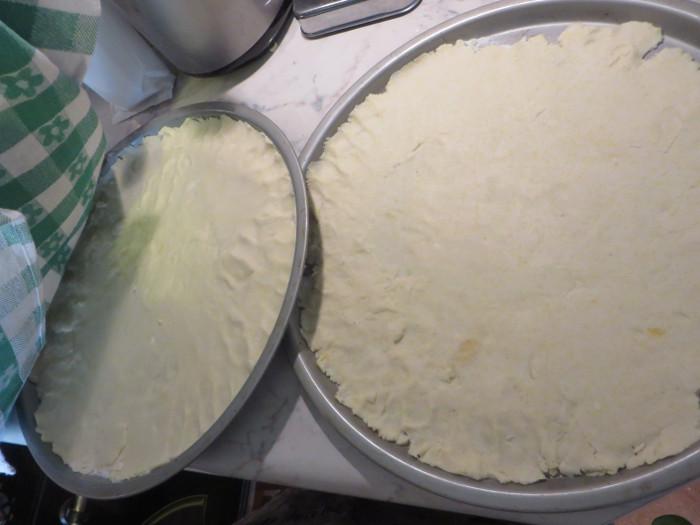 rozlozona_na_blachach_pizza_bezglutenowa_moja_Toskania