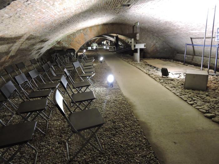 rzedy_krzesel_pod_ziemia_w_pistoi_moja_toskania