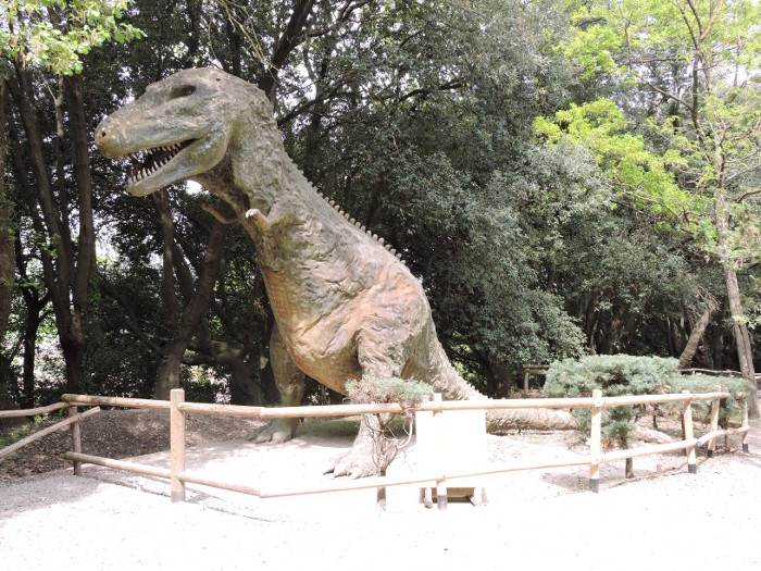 dinozaur_z_zebami_moja_toskania_peccioli_park
