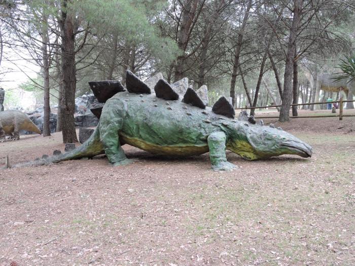 dlugi_dinozaur_moja_toskania_peccioli_park_prehistoryczny