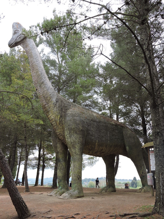 duzy_dinozaur_profil_moja_toskania_park_prehistoryczny_peccioli
