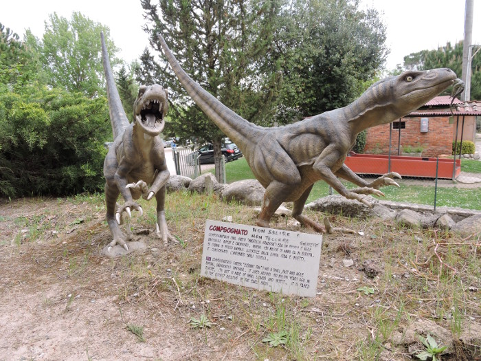 dwa_dinozaury_male_peccioli_park_prehistoryczny