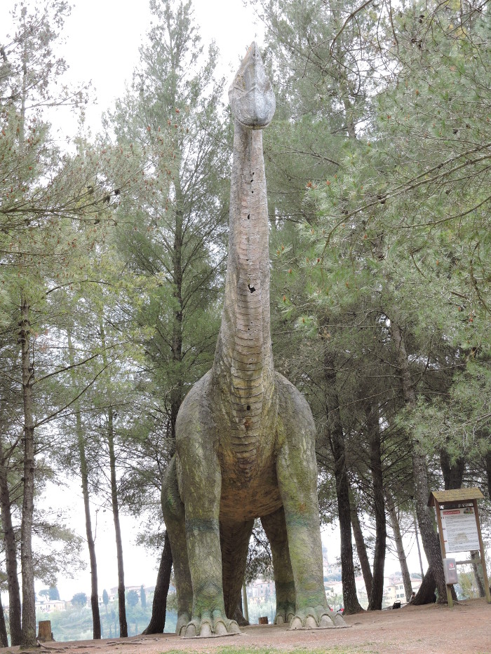 ogromny_dinozaur_moja_Toskania_park_prehistoryczny_peccioli