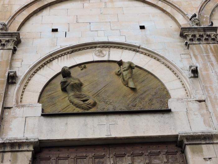 rzezby_nad_drzwiami_kosciola_moja_toskania_pietrasanta