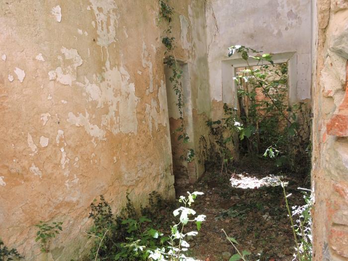 za_oltarzem_pomieszczenia_klasztoru_vinacciano_moja_toskania
