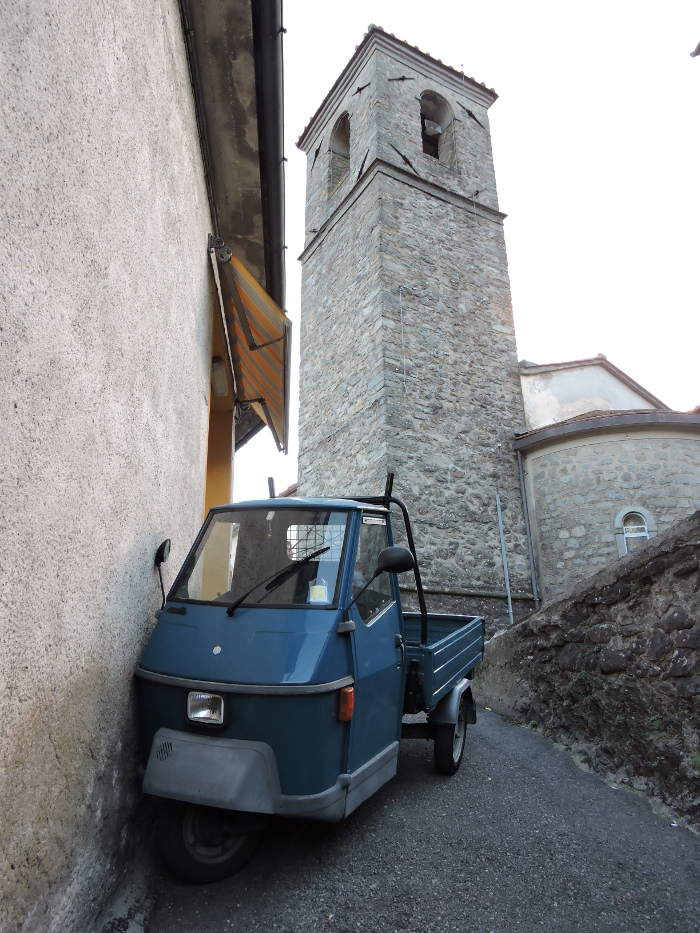 ape_zaparkowana_dzwonnica_moja_Toskania