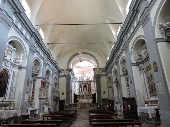 Po lewej przy oltarzu znajduje sie grob Malaspiny