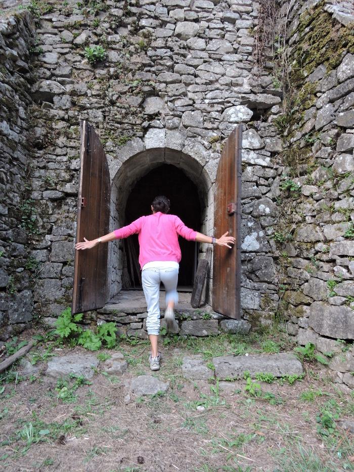 otwieranie_drzwi_ghiacciaia_della_madonnina_moja_toskania