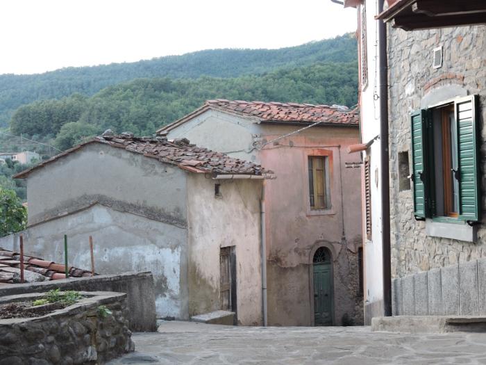 Boczna uliczka w Villa di Baggio