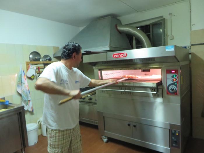 wkladanie_pizzy_do_pieca_moja_Toskania