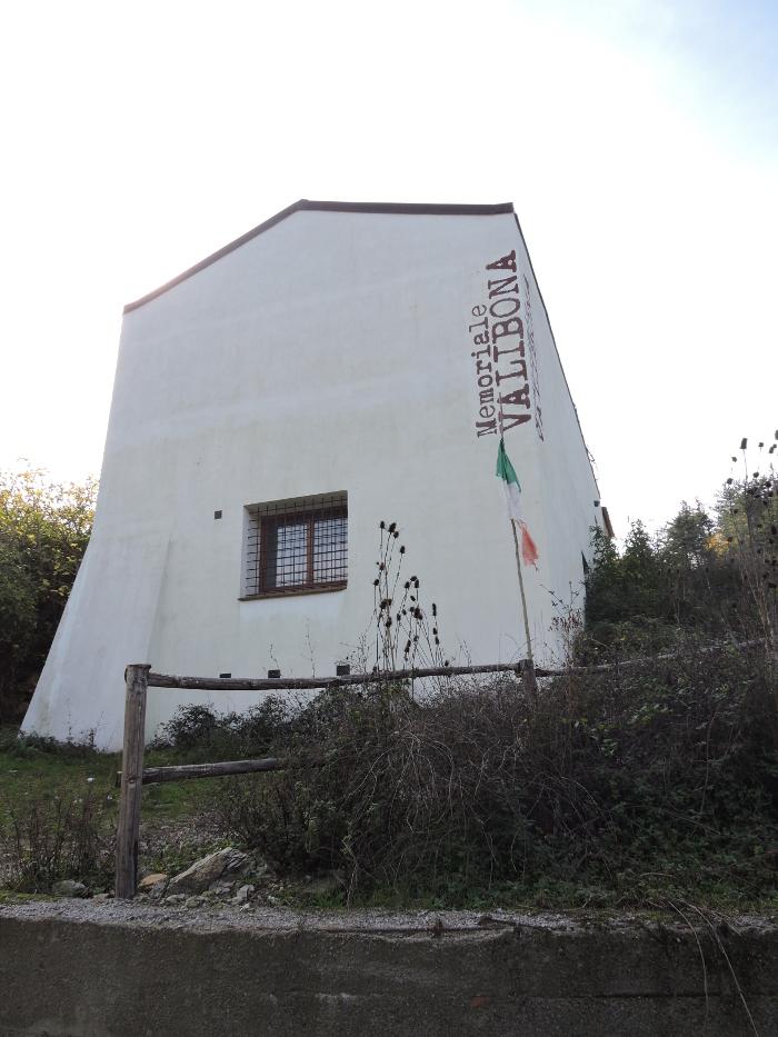 bialy_budynek_valibona_moja_Toskania