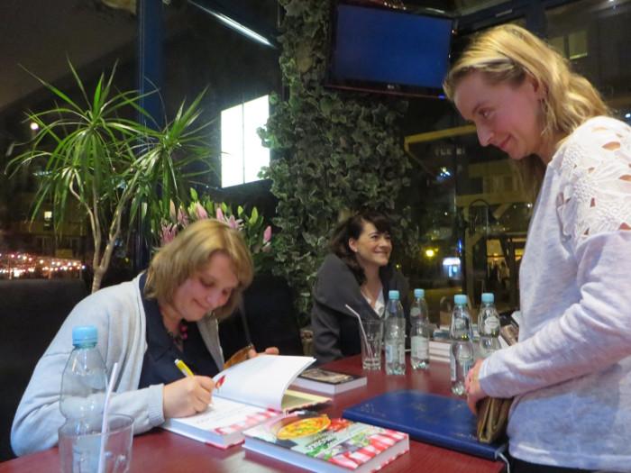 aleksandra_seghi_podpisuje_ksiazki_moja_toskania_antich_cafe_Warszawa