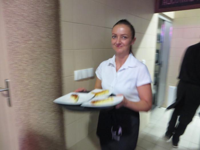 kelnerka_roznosi_ciasto_restauracja_polkowice_moja_toskania