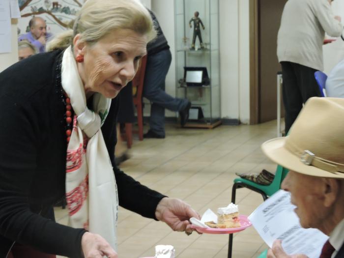 pani_rozdaje_tort_moja_toskania