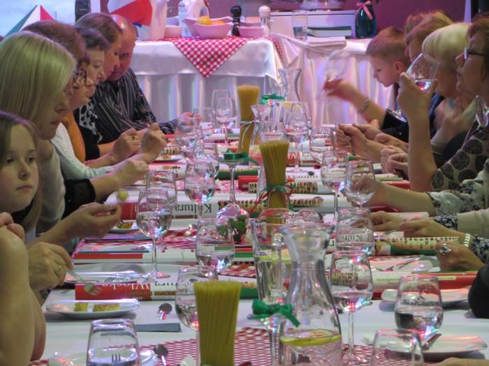 stoly_nakryte_w_restauracji_uniwersyteckiej_w_polkowicach_moja_toskania
