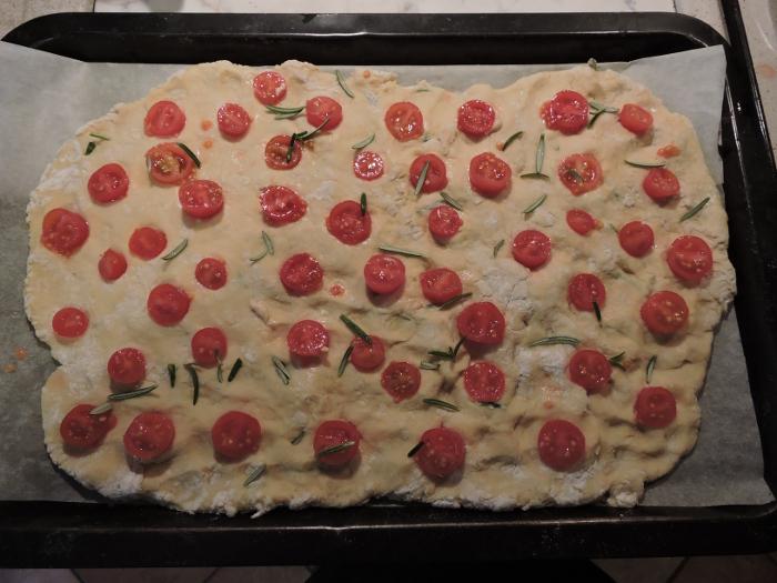 ulozone_pomidorki_i_rozmaryn_na_focacci_moja_toskania