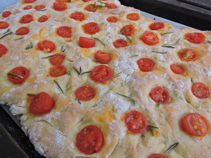 upieczona_focaccia_z_rozmarynem_i_pomidorkami_moja_toskania