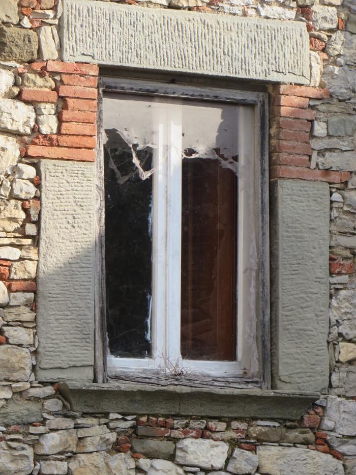 okno_z_porwana_firanka_moja_toskania_colognora