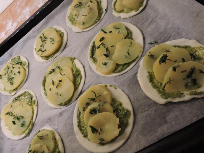 ziemniaki_i_rozmaryn_na_ciescie_francuskim_i_pesto_moja_Toskania