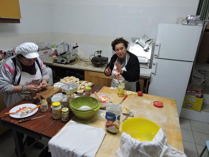 panie_przygotowuja_jedzenie_moja_toskania