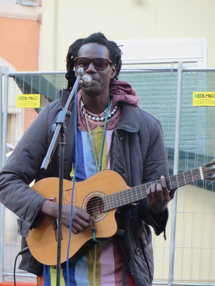 piosenkarz_przy_placu_hiszpanskim_w_rzymie_moja_toskania