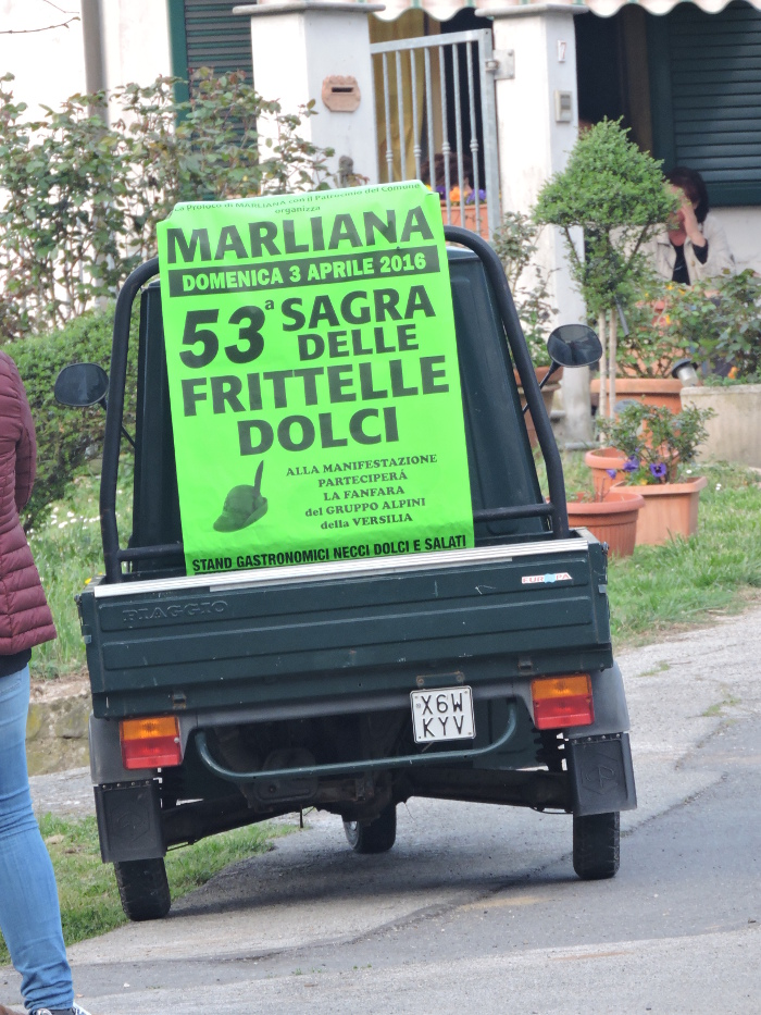 trojkolowy_samochod_z_plakatem_marliana_moja_toskania